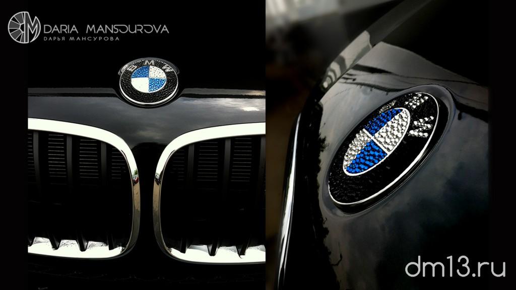 Стразы на значке BMW